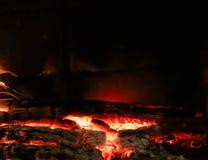 Hete steenkolen van gebrand hout in de open haard op een zwarte achtergrond Ruimte voor exemplaar, tekst, uw woorden horizontaal royalty-vrije stock fotografie