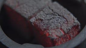 Hete steenkolen voor waterpijp voor een goede rust van het bedrijf van vrienden in de hub in avond Close-up stock video