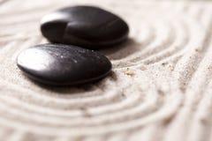 Hete stenen in zand Stock Afbeeldingen
