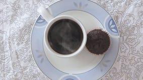 Hete stomende koffie in koffiekop stock footage