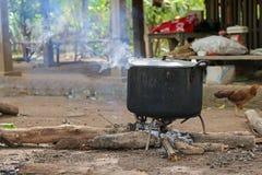 Hete stoom die uit door deksel op zwarte kokende pot komen stock afbeelding