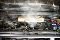 Hete stoom die uit Radiator, Motor van een auto over hitte komen stock afbeeldingen