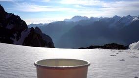 Hete thee bij een hoogte van 4000 meters De stoom komt uit de mok stock video