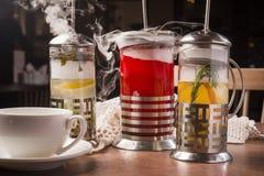 Hete thee in een theepot met vele damp stock foto's