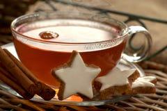 Hete thee met kaneelsterren Stock Fotografie