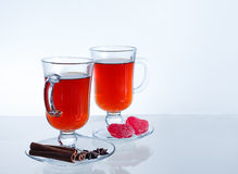 Hete thee met kruiden Lege transparante mokken kaneel Royalty-vrije Stock Foto