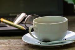 Hete thee op houten lijst Stock Afbeelding
