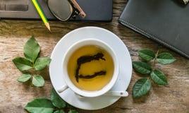 Hete thee op houten lijst Royalty-vrije Stock Fotografie