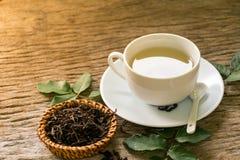 Hete thee op houten lijst Royalty-vrije Stock Afbeeldingen