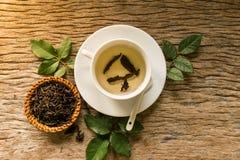 Hete thee op houten lijst Stock Fotografie