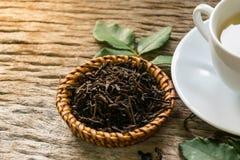 Hete thee op houten lijst Stock Afbeeldingen