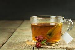 Hete thee voor koude Traditionele huisbehandeling voor koude en griep Rozebottelthee, honing en citrusvrucht Huisapotheek Stock Fotografie
