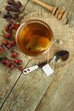 Hete thee voor koude Traditionele huisbehandeling voor koude en griep Rozebottelthee, honing en citrusvrucht Huisapotheek Stock Foto