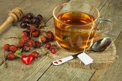 Hete thee voor koude Traditionele huisbehandeling voor koude en griep Rozebottelthee, honing en citrusvrucht Huisapotheek Royalty-vrije Stock Foto's