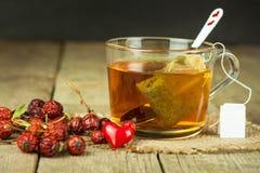Hete thee voor koude Traditionele huisbehandeling voor koude en griep Rozebottelthee, honing en citrusvrucht Huisapotheek Royalty-vrije Stock Afbeelding