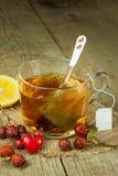Hete thee voor koude Traditionele huisbehandeling voor koude en griep Rozebottelthee, honing en citrusvrucht Huisapotheek Royalty-vrije Stock Afbeeldingen