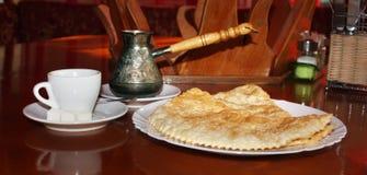 Hete Turkse koffie met verse nationale traditionele gebakjes stock foto