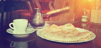 Hete Turkse koffie met verse nationale traditionele gebakjes royalty-vrije stock afbeeldingen