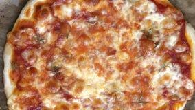 Hete vegetarische pizza Kokende kaas en saus met rozemarijn stock footage