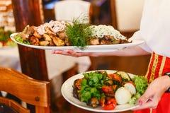 Hete vleespennen met uien op witte plaat, geroosterd vlees Kebabrestaurant Om de kebabs, Kaukasische keuken te dienen Royalty-vrije Stock Foto