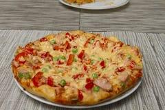 Hete vleespizza op de plaat Stock Foto