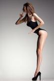 Hete vrouw in zwempak met het perfecte sexy lichaam betoverend stellen Royalty-vrije Stock Afbeeldingen