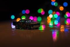 Hete wielenstuk speelgoed auto in laag licht stock fotografie