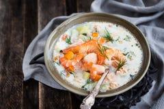 Hete zalm en van de garnalenroom soep stock afbeelding