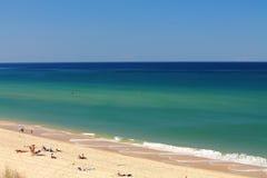 Hete zonnige de zomerdag op een zandig strand Stock Foto