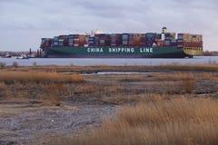 Hetlingen (Alemanha) - embarcação de recipiente que encontra-se na terra do Elbe Fotos de Stock