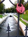 Hetvormige liefdeslot hangen op een brug in Kaliningrad Königsberg royalty-vrije stock foto