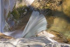 Hetzendes Wasser auf einem Gebirgsstrom Stockfotos