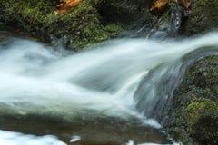 Hetzendes Wasser an der Basis von Tischler ` s fällt in Granby, Connecticu stockfotos