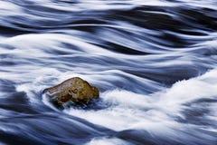Hetzendes Wasser und Felsen Stockbild