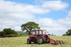 Heu, das Traktor herstellt Lizenzfreie Stockfotografie