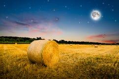 Heuballen in der Nacht Lizenzfreies Stockfoto