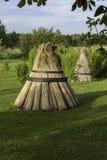 Heuen Sie ricks auf deutschem Bauernhof an einem sonnigen Tag, soruonded durch Gras und stockbilder