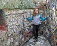 Heup elf éénjarigen meisje het stellen in de Magische Tuin van Isaiah Zagar, Philadelphia Royalty-vrije Stock Fotografie
