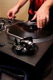 Heup-hop DJ dat het vinyl krast Stock Afbeelding