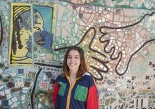 Heup zeventien éénjarigen meisje het stellen in de Magische Tuin van Isaiah Zagar, Philadelphia Royalty-vrije Stock Afbeeldingen