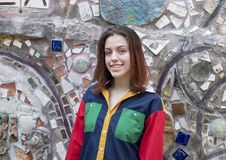 Heup zeventien éénjarigen meisje het stellen in de Magische Tuin van Isaiah Zagar, Philadelphia Royalty-vrije Stock Fotografie