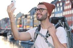 Heupmannetje die een selfie in Nyhavn, Kopenhagen Denemarken nemen royalty-vrije stock fotografie
