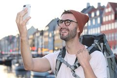 Heupmannetje die een selfie in Nyhavn, Kopenhagen Denemarken nemen royalty-vrije stock afbeelding