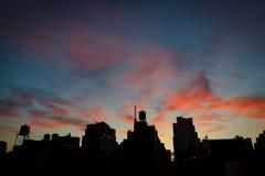 Heure bleue au-dessus des dessus de toit de Chelsea et des tours d'eau, Manhattan, NYC image stock