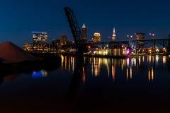 Heure bleue/d'or/coucher du soleil - horizon de Cleveland, Ohio avec des ponts photo stock