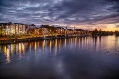 Heure bleue dans la ville à la rivière image stock