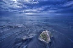 Heure bleue par la mer Image stock