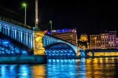 Heure bleue près du Rhône et Pont Lafayette dans la belle ville de Lyon Images stock
