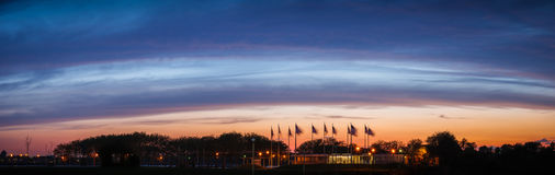 Heure bleue renversante au-dessus de plaza de drapeau, New Jersey photo stock