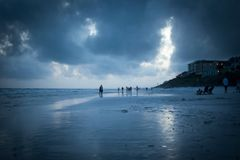 Heure bleue sur la plage bleue de montagne Photos stock